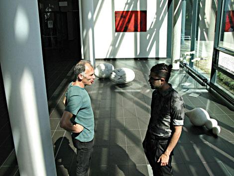 Martin Langer mit Besucher der Ausstellung im caesar