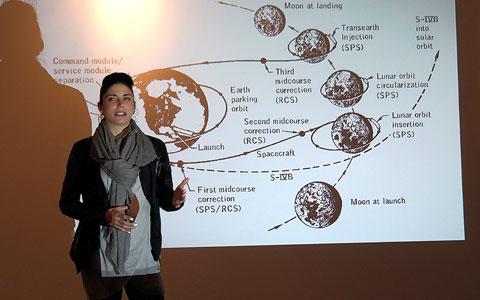 Laure Winterlich präsentiert auf der Vernissage einen spannenden Vortrag über die ISS-Raumstation und den Mond.