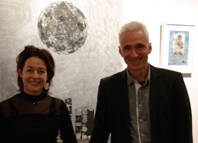 Irmgard Hofmann mit Harald Gesterkamp vor Moonvillage